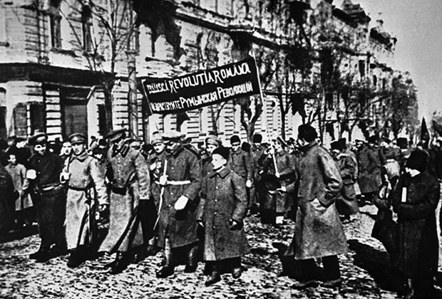 Румынский революционный полк проходит по улицам Одессы, 1918 год