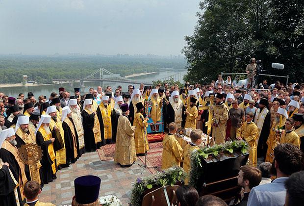 Молебен на Владимирской горке провел предстоятель УПЦ МП митрополит Онуфрий