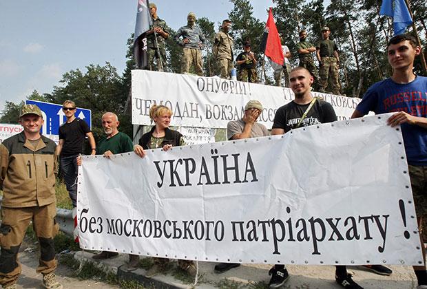 Радикалы неоднократно пытались блокировать колонне верующих дорогу на Киев