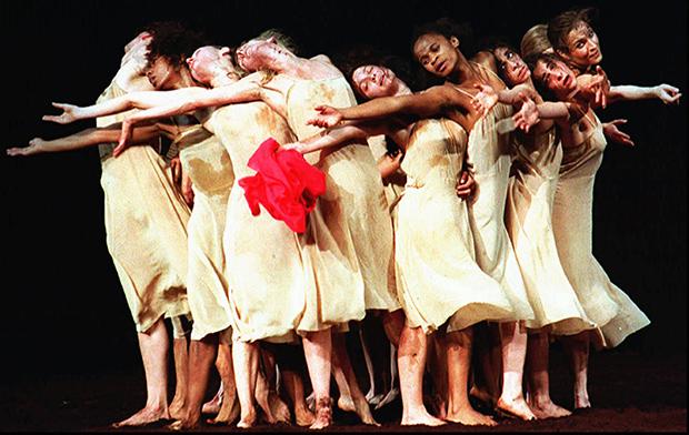 Балерины из труппы Пины Бауш танцуют Palais des Papes во Франции, 1995 год
