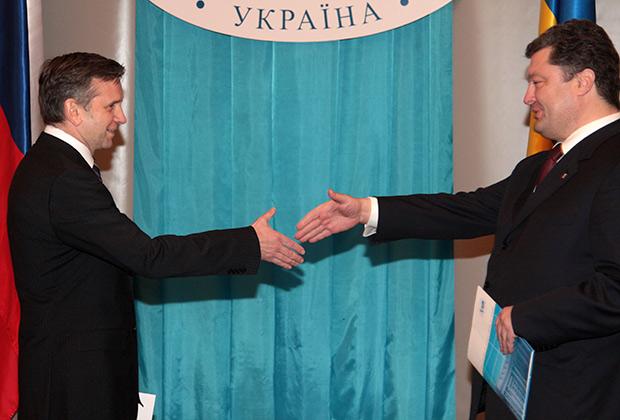 Зурабов в январе 2010-го вручает копии верительных грамот Петру Порошенко, возглавлявшему тогда МИД Украины