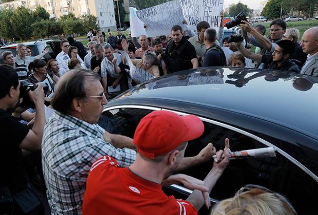 Люди окружили машину Зурабова в Донецке в июне 2014-го