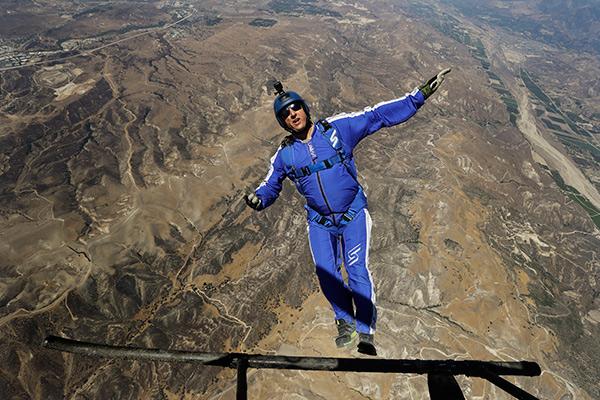 Люк Айкинс во время прыжка