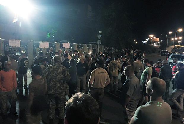 """Сторонники батальона """"Торнадо"""" у здания Оболонского суда"""