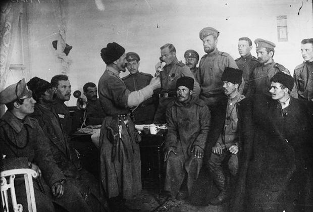 Представители корниловской Дикой дивизии договариваются о перемирии: в центре — урядник Татарского полка Хаджи-Мурат Дзарахохов