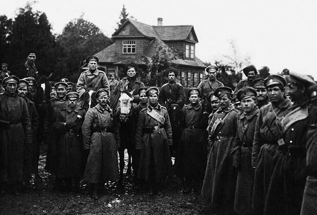 Братание солдат генерала Лавра Корнилова с войсками Временного правительства