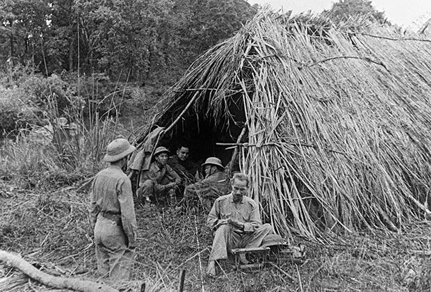 Хо Ши Мин среди солдат во время войны Сопротивления (1946-1954 годы).
