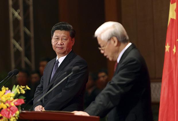 Генсек КПК Си Цзиньпин и глава вьетнамской компартии Нгуен Фу Чонг во время встречи с молодежью. Ханой, 6 ноября 2015