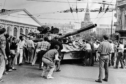 Люди останавливают танки на Манежной площади