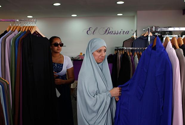 Женщина изучает ассортимент магазина в пригороде Парижа