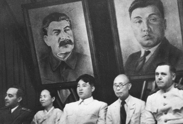 Ким Ир Сен и Ким Ду Бон на совместном пленуме ЦК Новой народной партии и Коммунистической партии Северной Кореи, 28 августа 1946 года