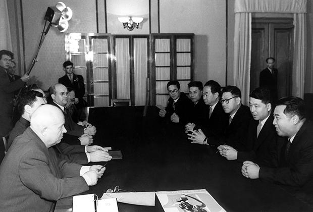 Прием Первым секретарем ЦК КПСС Никитой Хрущевым делегации КНДР. Справа — Ким Ир Сен. Москва, 1957 год