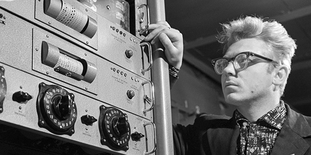 Сотрудник технической лаборатории проводит научный эксперимент, 1 декабря 1963 года