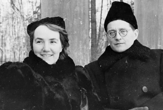 Дмитрий Дмитриевич Шостакович с женой Ниной Васильевной на балконе санатория