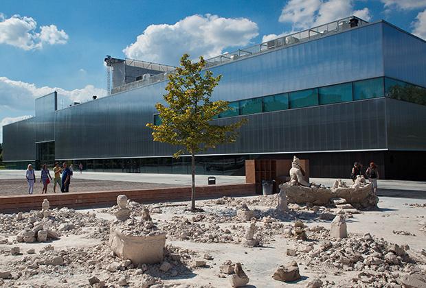 Здание Центра современного искусства «Гараж» в Парке Горького.