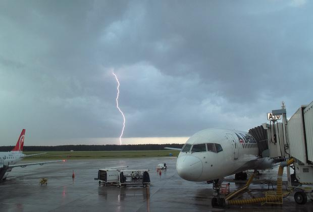 По словам пилотов, молнии попадают в самолеты очень часто