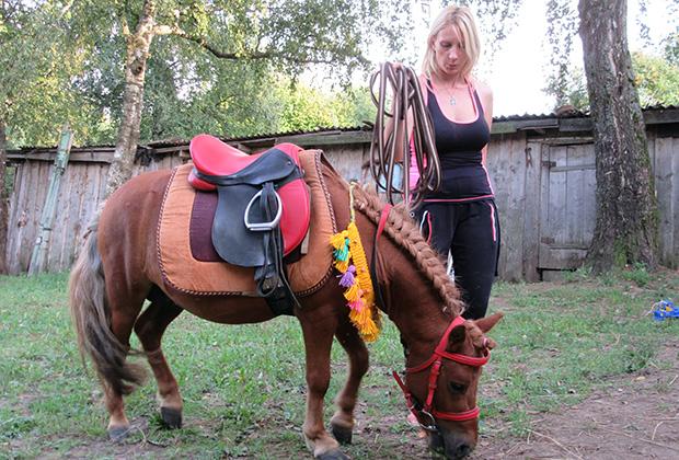 Хозяйка фермы Мария Белинская и пони Пончик