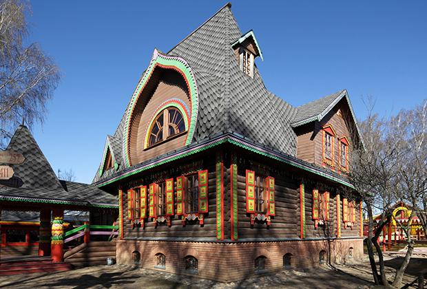 «Дом Берендея» расположился на северной окраине города и представляет собой палаты с трапезной и небольшим подворьем