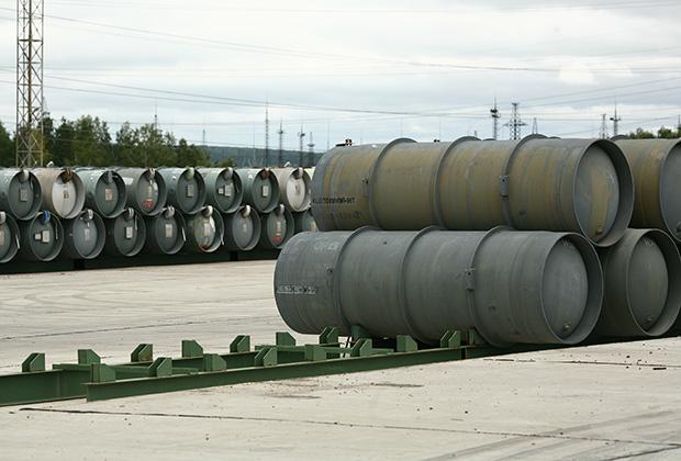 Бочки на поле — так до сих пор хранился обедненный гексафторид урана