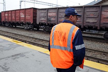 Неизвестные закидали камнями грузовой поезд в столице России, машинист ранен