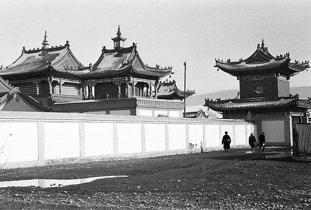 "<a href=""https://ru.wikipedia.org/wiki/Чойжин_ламын_сум"" target=""_blank"">Храм Чойджин-ламы</a>, построенный в 1908 году в Урге"
