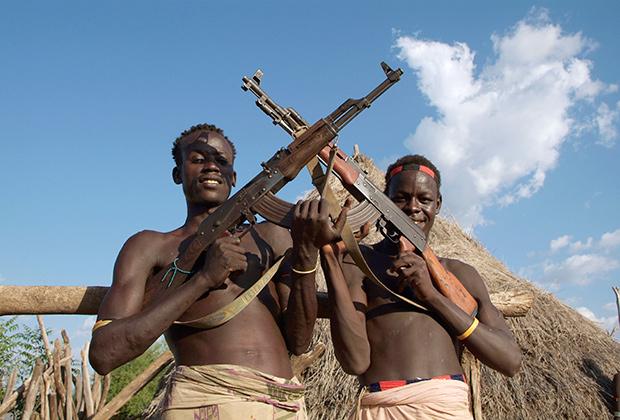 Члены племени каро с автоматами Калашникова, южная Эфиопия.