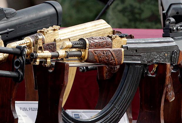 Роскошно отделанный «калашников», изъятый у наркоторговца в Сьюдад-Хуарес (Мексика).