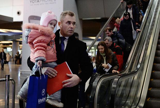 """Павел Астахов встречает в аэропорту """"Внуково"""" тяжелобольных детей из Донбасса"""