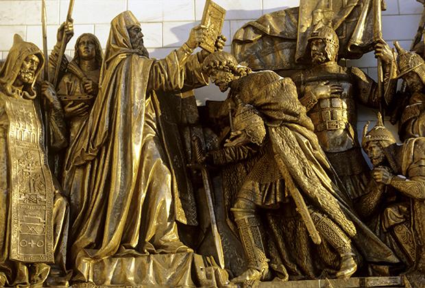 Скульптурная группа, украшающая стены храма Христа Спасителя