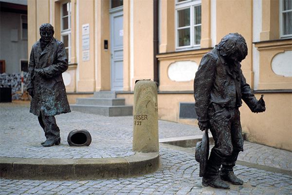 Памятник Каспару Хаузеру. На первом плане — в образе найденыша, на заднем — буржуа