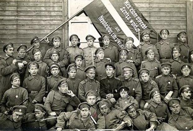 Латышские стрелки  с национальным знаменем