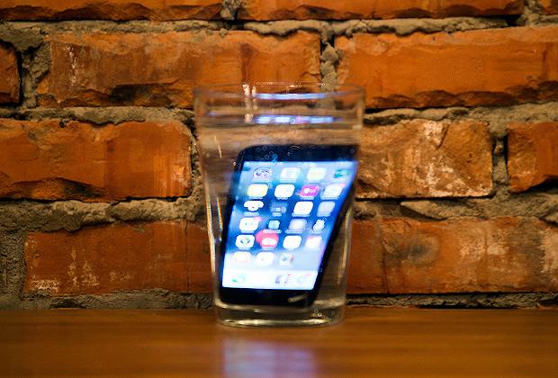iPhone 7 действительно можно погружать в воду и не бояться, что он перестанет работать