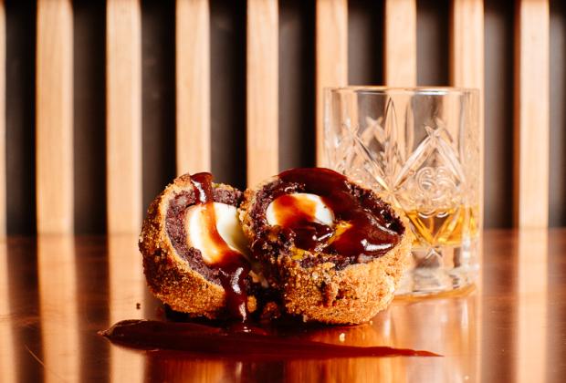 Сочетание крафтового блюда с премиальным виски не совсем привычно
