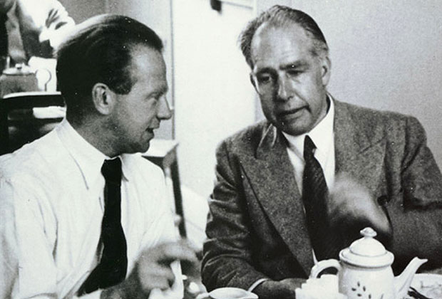 Вернер Гейзенберг (слева) и Нильс Бор