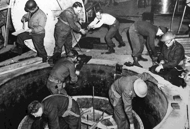 Американские военные разбирают немецкую экспериментальную ядерную установку. Апрель 1945 года