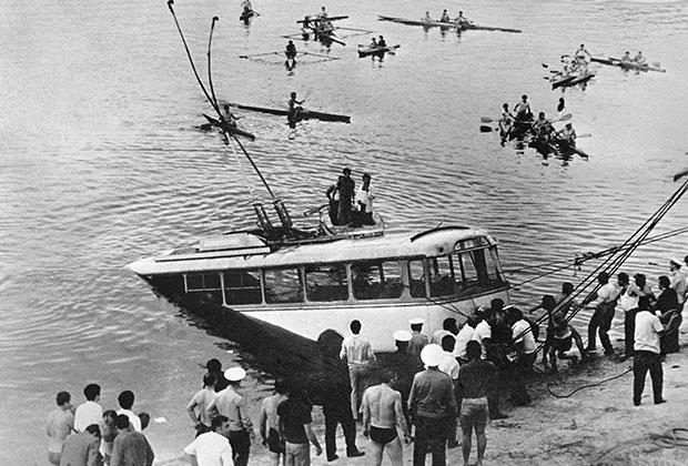 Потерявший управление троллейбус упал в Ереванское водохранилище.