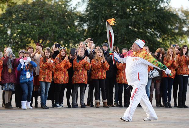 Шаварш Карапетян несет факел во время старта эстафеты Олимпийского огня в Москве