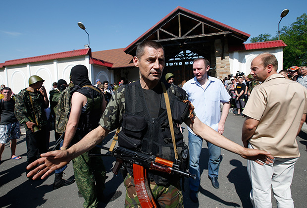 Ополченцы возле дома Ахметова в Донецке