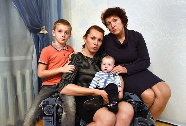 Четырехмесячный Кирюша Гашенин с мамой, бабушкой и братом