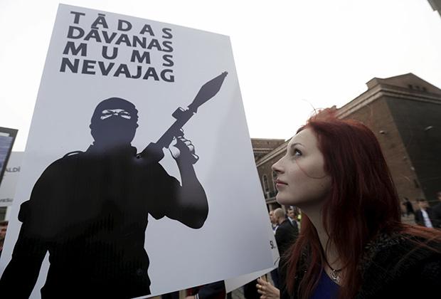 «Нам такие не нужны» — под таким плакатом граждане Латвии протестовали против приема страной беженцев