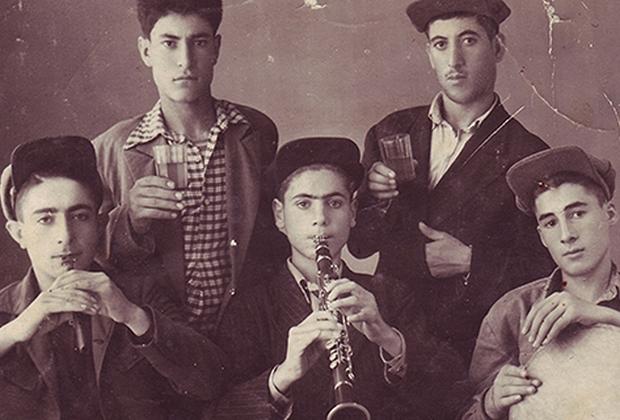 Народный армянский ансамбль инструментов, 1944 год, 16-летний Дживан Гаспарян в центре.