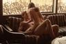 Фильм Мариэль Хеллер о разворачивающемся в хиппарском Сан-Франциско 1972-го романе школьницы с взрослым бойфрендом матери немедленно обращает на себя внимание откровенностью постельных сцен (актрисе Бел Паули на момент съемок было, правда, уже 22). Но снято это проникновенное кино не ради них самих, а ради идеи о том, на что может толкнуть ищущую юную натуру отсутствие возможности с кем-то обсудить процесс сексуального пробуждения, да и взросление как таковое.