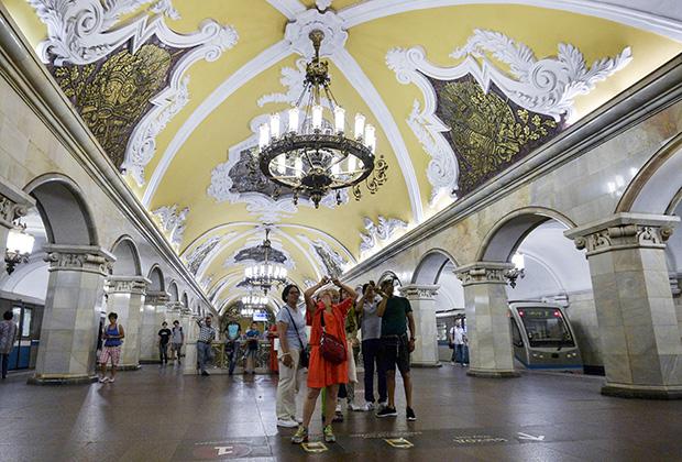 Туристы на станции «Комсомольская» кольцевой линии Московского метрополитена