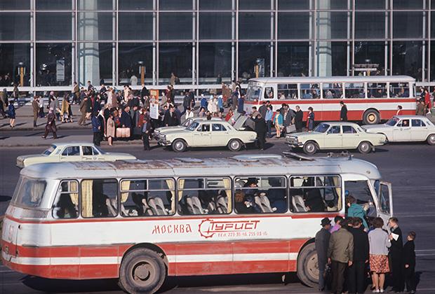 Москва, 1970-е. Площадь перед зданием Курского вокзала
