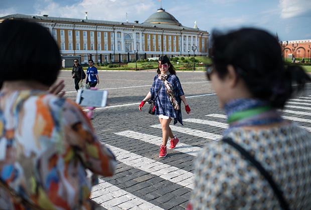 Туристы на территории Московского Кремля