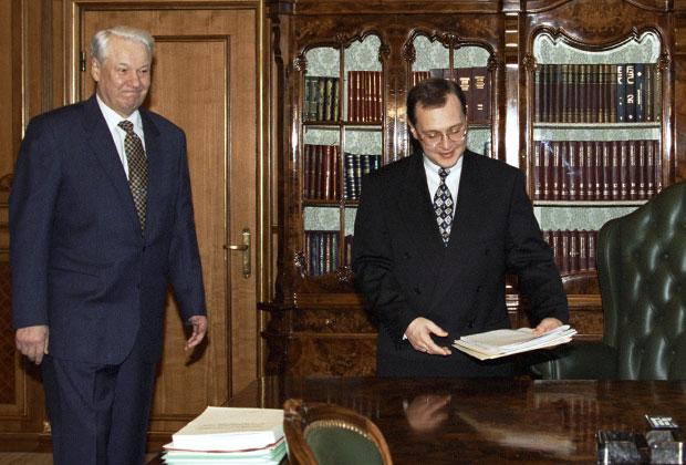 Президент России Борис Ельцин и премьер-министр Сергей Кириенко во время вступления последнего в должность, 1998 год