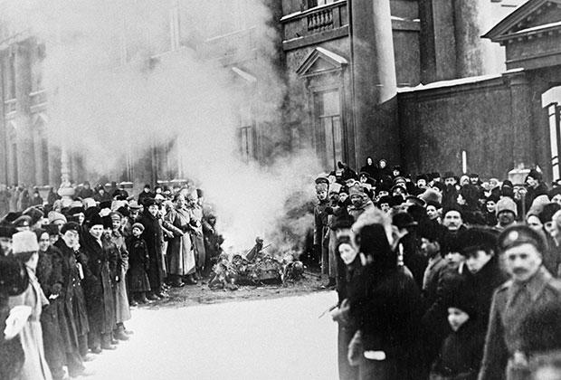 Сожжение государственных гербов и символов у Аничкова дворца во время Февральской революции