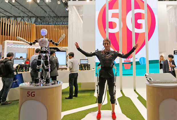 An SK telecom exhibitor directs the robot's movements using 5G on the last day at the Mobile World Congress in Barcelona March 5, 2015. Ninety thousand executives, marketers and reporters gather in Barcelona this week for the telecom operators Mobile World Congress, the largest annual trade show for the global wireless industry.