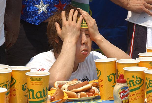 Такеру Кобаяши из Японии на конкурсе поедания хот-догов Nathan's Famous в Нью-Йорке