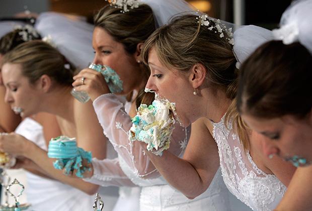 Невесты соревнуются в поедании свадебных пирогов на телешоу Bridezilla Ultimate Cake Eating Contest в Нью-Йорке